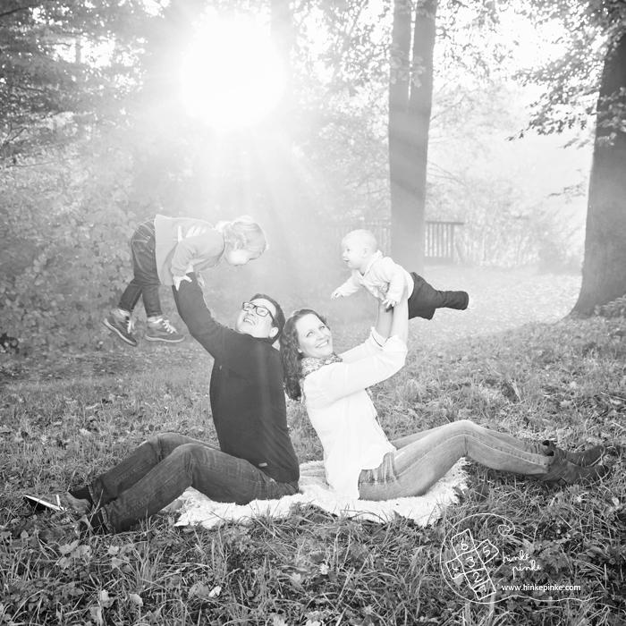 Familienfotos, Babyfotos, draußen Fotos, Familienfotograf, Kinderfotos  (10)sw
